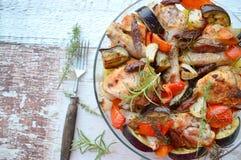 Cazuela de pollo con el chorizo, la berenjena y las patatas Imagenes de archivo