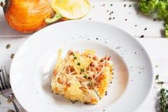 Cazuela del arroz en cesta del queso en la placa imagenes de archivo