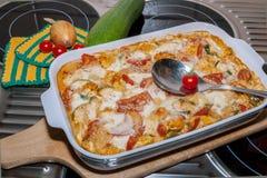 Cazuela del Tortellini con los tomates y el calabacín Imagenes de archivo