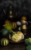 Cazuela sana de la col en la tabla de madera, aún vida Imagen de archivo