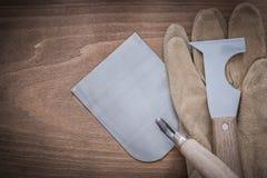 Cazzuola d'acciaio di lavoro di muratura del coltello di mastice e glov protettivo di cuoio Fotografie Stock