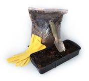 Cazzuola di giardinaggio, guanti, borsa con torba Immagini Stock Libere da Diritti