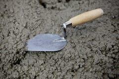 Cazzuola e cemento fotografia stock