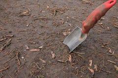 Cazzuola piantata in sporcizia Fotografia Stock