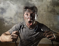 Câble non formé d'homme étant victime de l'accident électrique avec le visage brûlé sale dans l'expression drôle de choc Image stock