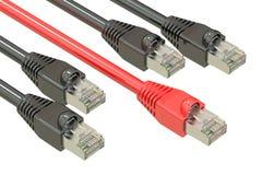 Câbles de réseau informatique, concept de vitesse d'Internet rendu 3d Photos stock