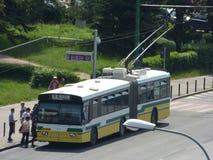 CC$BRASOV CZERWIEC 21: Trolleybus w ruchu drogowym na Czerwu 21, 2017 w Brasov, Rumunia Fotografia Stock