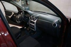 CC$OLA ROSJA, PAŹDZIERNIK, - 23, 2017: Czerwony Renault Sandero Stepway po naprawy, obrazu i samochodowego obmycia, obrazy stock