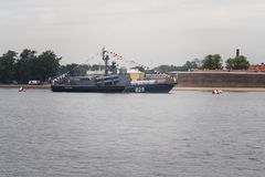 CC$PETERSBURG ROSJA, LIPIEC, - 30, 2017: Rosyjski marynarka wojenna okręt wojenny przy morską paradą w St Petersburg Zdjęcia Stock
