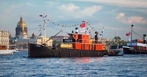 CC$PETERSBURG ROSJA, MAJ, - 28, 2011: Fińscy retro steamers Puhois i Hurma w nawadniają Neva rzeka w Petersburg Obraz Stock
