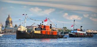 CC$PETERSBURG ROSJA, MAJ, - 28, 2011: Fińscy retro steamers Puhois i Hurma w nawadniają Neva rzeka w Petersburg Obrazy Stock