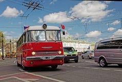 CC$PETERSBURG, ROSJA - 21 2017 MAJ: Parada roczników samochody stary autobus Zabarwiająca fotografia Zdjęcie Stock