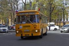CC$PETERSBURG, ROSJA - 21 2017 MAJ: Parada roczników samochody stary autobus Zabarwiająca fotografia Fotografia Stock