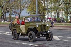 CC$PETERSBURG, ROSJA - 21 2017 MAJ: Parada roczników samochody Starzy samochody Zabarwiająca fotografia Zdjęcie Stock