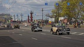 CC$PETERSBURG, ROSJA - 21 2017 MAJ: Parada roczników samochody Starzy samochody Zabarwiająca fotografia Zdjęcia Royalty Free