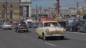 CC$PETERSBURG, ROSJA - 21 2017 MAJ: Parada roczników samochody Starzy samochody Zabarwiająca fotografia Obraz Stock