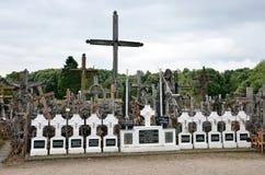 Cca 12 chilometri a nord della città di SIAULIAI/LITUANIA - 24 luglio 2013: Vista vicina della collina degli incroci, un tempio p Fotografia Stock Libera da Diritti