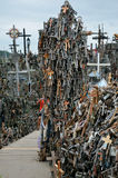 Cca 12 chilometri a nord della città di SIAULIAI/LITUANIA - 24 luglio 2013: Vista vicina della collina degli incroci, un tempio p Immagine Stock