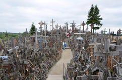 Cca 12 km к северу от города SIAULIAI/ЛИТВЫ - 24-ое июля 2013: Близкий взгляд холма крестов, святыни для Chr Стоковое Изображение RF