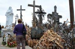 Cca 12 km het noorden van de stad van SIAULIAI/LITOUWEN - Juli 24, 2013: Dichte mening van de Heuvel van Kruisen, een plaats van  Stock Afbeeldingen