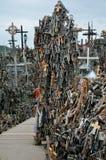 Cca 12 quilômetros ao norte da cidade de SIAULIAI/LITUÂNIA - 24 de julho de 2013: Vista próxima do monte das cruzes, um lugar de  Imagem de Stock