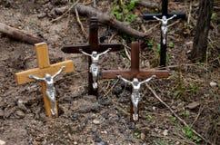 Cca 12 quilômetros ao norte da cidade de SIAULIAI/LITUÂNIA - 24 de julho de 2013: Vista próxima do monte das cruzes, um lugar de  Imagens de Stock