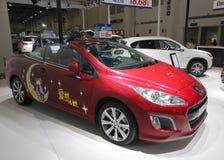 红色标致汽车308cc展示在amoy城市,瓷 库存图片