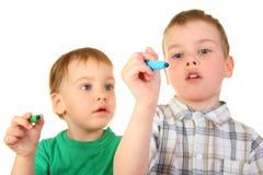 Cchildren avec des crayons lecteurs image libre de droits