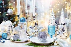 CChristmas晚餐背景、板材、叉子和欢乐装饰 银色和奶油色圣诞节桌集合 免版税库存图片
