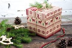 CChristmas-Baum mit einer Geschenkbox und Dekorationen auf einem Ziegelsteinhintergrund Stockbilder