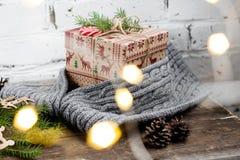 CChristmas-Baum mit einer Geschenkbox und Dekorationen auf einem Ziegelsteinhintergrund Stockfoto