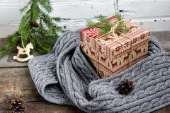CChristmas-Baum mit einer Geschenkbox und Dekorationen auf einem Ziegelsteinhintergrund Stockbild
