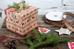 CChristmas-Baum mit einer Geschenkbox und Dekorationen auf einem Ziegelsteinhintergrund Lizenzfreie Stockfotos