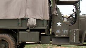 Cckw militaire Amerikaanse wereldoorlog twee vrachtwagen stock videobeelden
