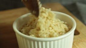 Ccooking ψάρια σολομών αρχιμαγείρων με το ρύζι και το αγγούρι φιλμ μικρού μήκους