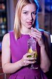 Cóctel de consumición de la mujer rubia de la belleza Foto de archivo libre de regalías