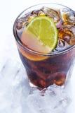 Cóctel fresco con la bebida y la cal de la cola Foto de archivo libre de regalías