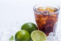 Cóctel fresco con la bebida y la cal de la cola Foto de archivo