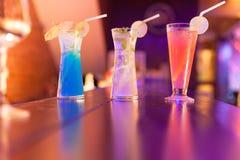Cócteles en el contador de la barra en club de noche Imagen de archivo