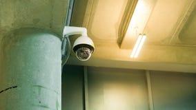 CCTV监视在大厦具体杆的安全监控相机安全保护系统范围控制的室内与火光光和拷贝 库存图片
