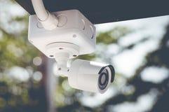 CCTV在白色大厦之外的安全监控相机 库存照片