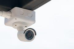 CCTV在白色大厦之外的安全监控相机 库存图片