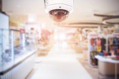 CCTV安全监控相机在模糊的背景的百货商店 库存图片
