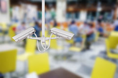 CCTV安全监控相机有餐馆背景 库存照片