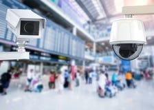 Cctv照相机或安全监控相机在机场背景 免版税库存图片