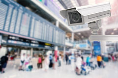 Cctv照相机或安全监控相机在机场背景 免版税库存照片