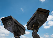 Cctv照相机或安全监控相机在蓝天背景 免版税库存图片