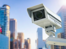 Cctv照相机或安全监控相机在都市风景背景 免版税库存图片