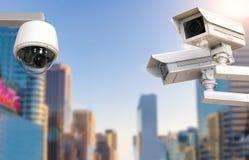 Cctv照相机或安全监控相机在都市风景背景 图库摄影