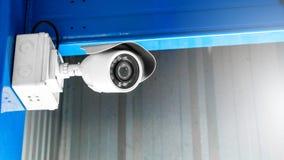 CCTV监视工厂厂房的安全监控相机里面安全保护系统范围控制的室内与火光光和拷贝空间 图库摄影